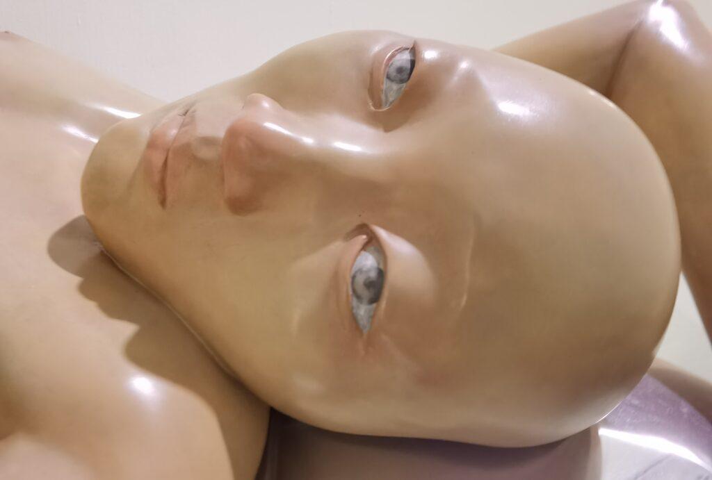 """""""隱秘的絕望""""淺談雕塑《我22歲了,還沒有月經》"""